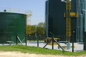 Tanques cilindricos armazenando água.
