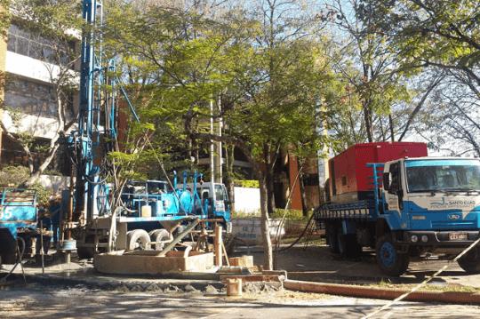 Máquina perfurando o solo para a construção de um poço artesiano.