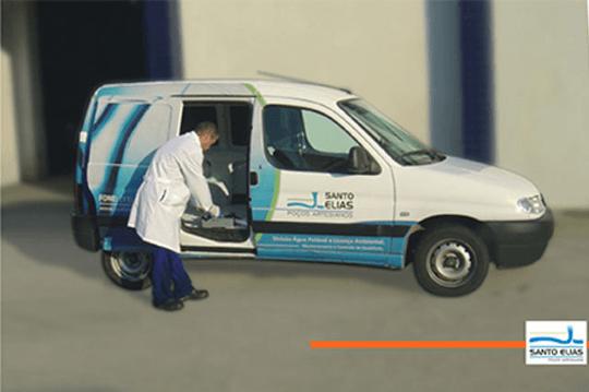 Homem arrumando equipamentos dentro de uma van.