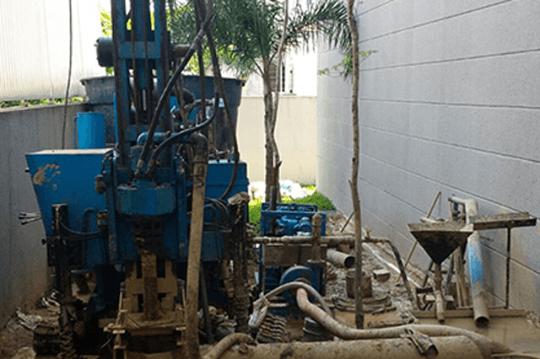 Máquina perfurando o solo.